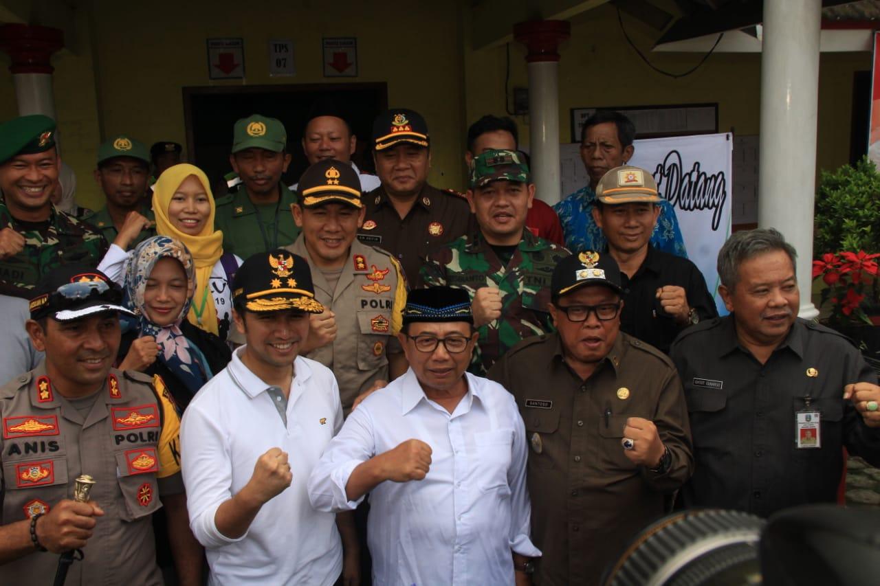 Emil Dardak bersama Bupati, Plt Wali Kota dan Forkopimda Blitar usai meninjau coblosan di TPS Kanigoro Kab Blitar