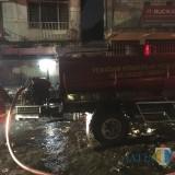 Petugas pemadam kebakaran saat berupaya memadamkan api yang terjadi di lantai dasar Pasar Lawang, Kecamatan Lawang (Foto: Ashaq Lupito / MalangTIMES)