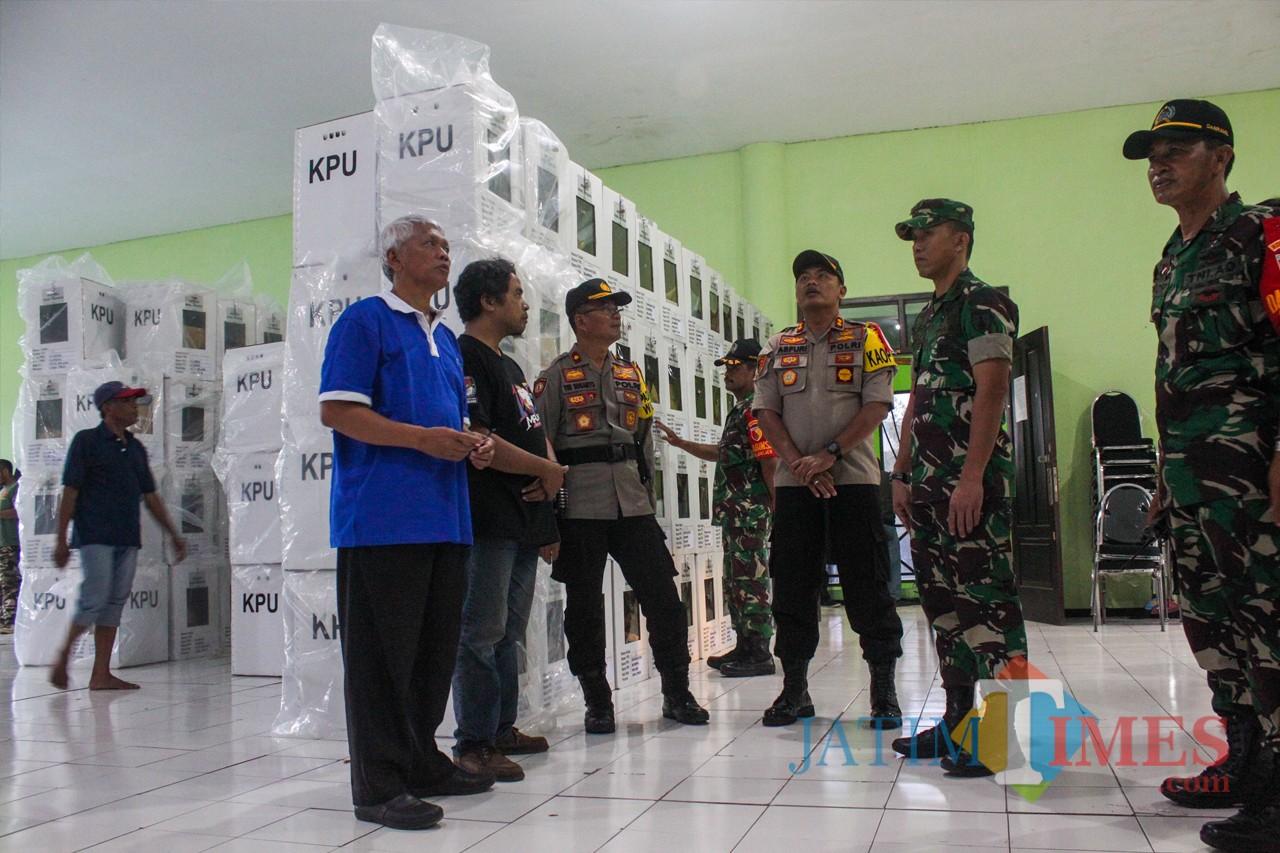 Kapolres Kota Malang AKBP Asfuri bersama Komandan Kpdim 0833 Letkol Inf. Tommy Anderson Saat memantau keamanan kotak suara di Kecamatan Blimbing (Luqmanul Hakim/Malang Times)