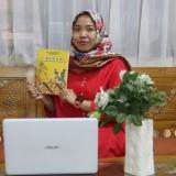 Dyah Worowirowirastri Ekowati dengan buku Ethnomatika. (Foto: Rizki/Humas)