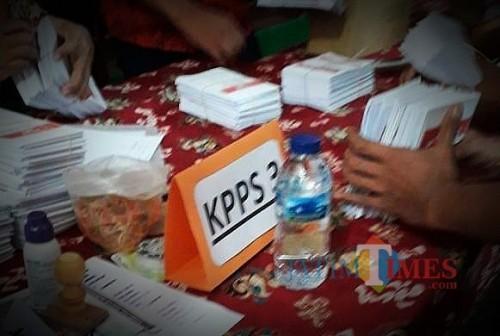 Ilustrasi petugas KPPS di Kota Malang yang tengah bertugas. (Foto: Dokumen MalangTIMES)