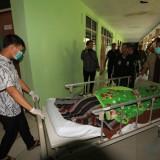 Jasad Adul Azis petugas KPPS saat hendak dibawa ke rumah duka (Agus Salam/Jatim TIMES)