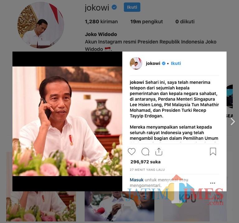 Jokowi saat menerima telepon. (Foto: Instagram @jokowi)