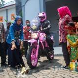 Pelepasan Mouzza Zee, lady biker asal Malang oleh Sekretaris Dinas Kebudayaan dan Pariwisata Dahliana Lusi Ratnasari (Luqmanul Hakim/Malang Times)