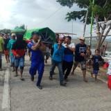 Korban kecelakaan laut dievakuasi petugas bersama warga