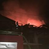 Petugas pemadam kebakaran saat beupaya memadamkan api dari kios yang berada di lantai dua, Kecamatan Lawang (Foto : Ashaq Lupito / MalangTIMES)