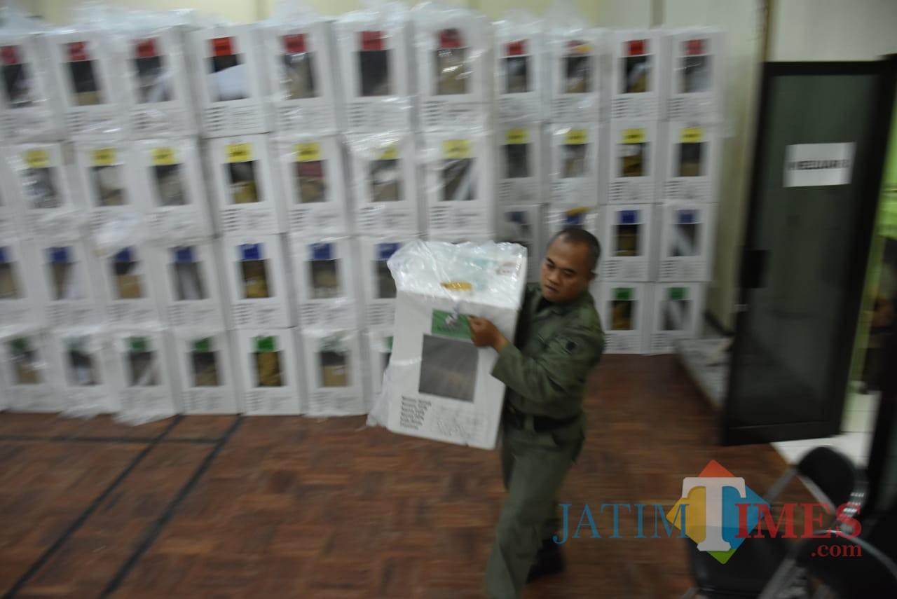 Petugas tengah memindahkan kotak-kotak suara dari kelurahan ke PPK di Kota Malang. (Foto: Dokumen MalangTIMES)
