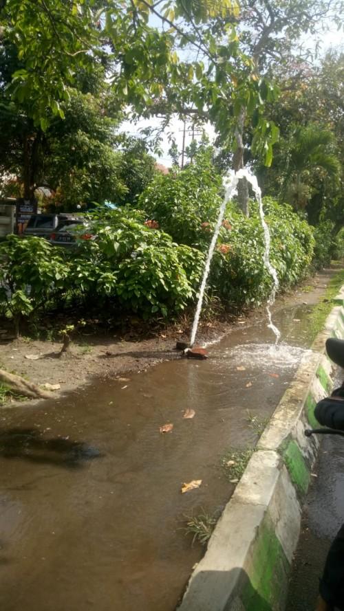 Saat kran penyiram tanaman di kawasan Dieng bocor dan membuat jalan becek (Ist)