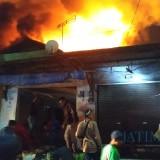 Situasi kepanikan yang terjadi di Pasar Lawang, 3 jam setelah kebakaran berlangsung, Kecamatan Lawang (Foto : Ashaq Lupito / MalangTIMES)