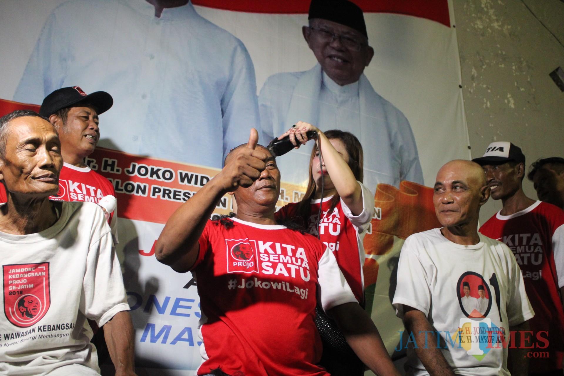 Terlihat 3 pengurus Projo Jombang dicukur gundul di depan kantor DPC Projo Jombang. (Foto : Adi Rosul / JombangTIMES)