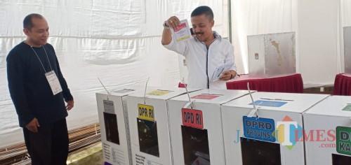 Wakil Wali Kota Batu Punjul Santoso memasukkan surat suara setelah mencoblos (Luqmanul Hakim/Malang Times)