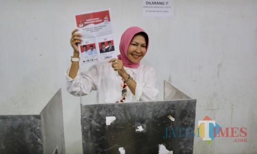 Wali Kota Batu Dewanti Rumpoko saat usai menyoblo di TPS 40 Desa Pesanggrahan, Kecamatan Batu. (Foto: istimewa)