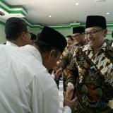 Wali Kota Malang Sutiaji saat memberikan selamat kepada para guru yang dikukuhkan. (Foto: Imarotul Izzah/MalangTIMES)