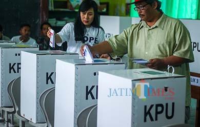 Warga Kota Batu yang menyalurkan hak pilihnya di TPS pada pesta demokrasi 2019 (Luqmanul Hakim/MalangTIMES)
