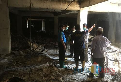 Tim Labfor saat melakukan penyelidikan guna mengungkap penyebab pasti kebakaran di Pasar Lawang, Kecamatan Lawang (Foto : Ashaq Lupito / MalangTIMES)