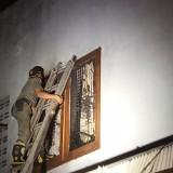 Petugas terpaksa merusak Jendela di lantai 2 untuk memadamkan api (foto : Joko Pramono/Jatimtimes)