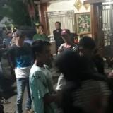 Puluhan massa saat menggeruduk kediaman salah satu kader partai Gerindra, Kecamatan Pakis (Foto : Istimewa)
