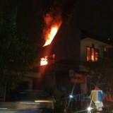Tampak api membakar lantai 2 toko pakaian di Seberang Mako Polres Tulungagung / Foto : Istimewa / Tulungagung TIMES