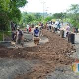 Kondisi Jembatan penghubung perumahan Bulan Terang Utama yang sedang diperbaiki pekerja. (Anggara Sudiongko/MalangTIMES)