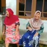 Emak-emak yang tertawa ketika berdebat dalam video yang diunggah netizen (foto istimewa)