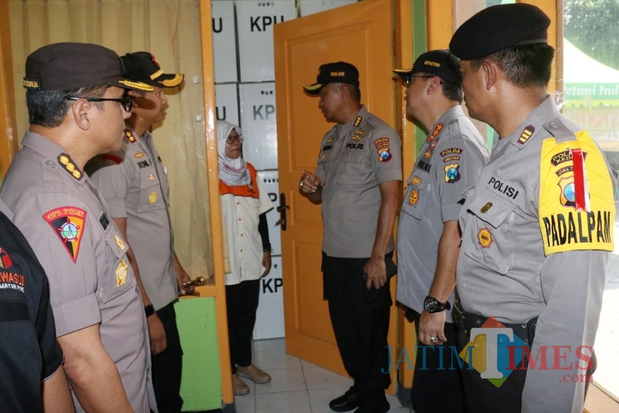 Irwasda Polda Jatim Kombes Pol Sutardjo ketika meninjau beberapa PPK di Kabupaten Kediri. (Foto: B. Setioko/JatimTIMES)
