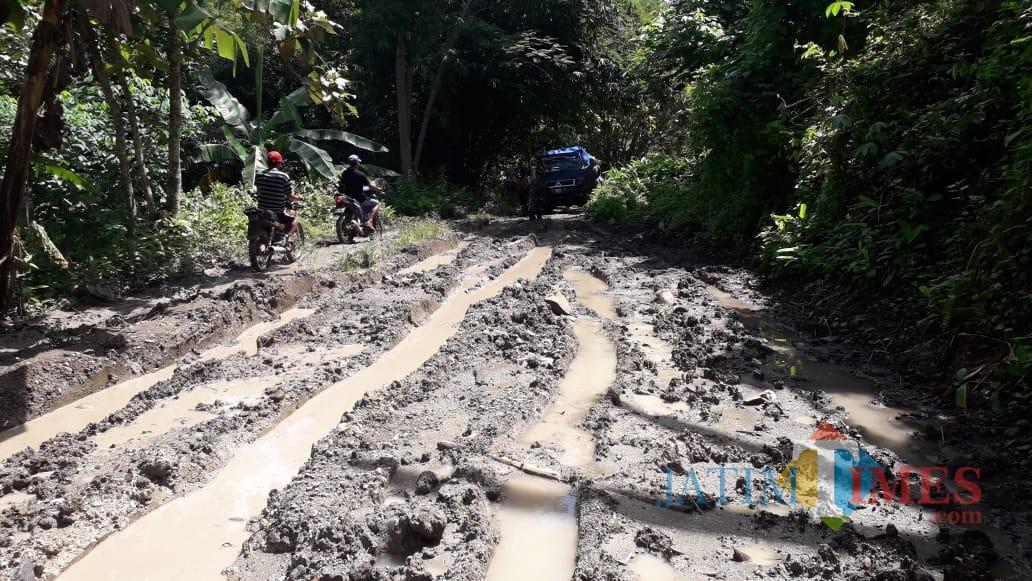 Jalan Berlumpur yang dikeluhkan kades dan masyarakat (Foto Sony Haryono/Situbondo TIMES)