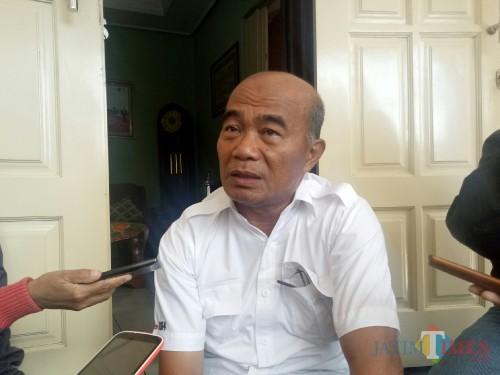 Mendikbud Muhadjir Effendy saat ditemui di kediamannya. (Foto: Imarotul Izzah/MalangTIMES)