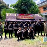 Petugas gabungan TNI-Polri melakukan penjagaan�dengan menggunakan senjata lengkap. (Foto: B. Setioko/JatimTIMES)