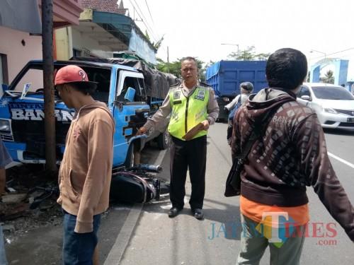 Petugas kepolisian ketika melakukan olah TKP dilokasi kejadian sesaat setelah kecelakaan, Kecamatan Dampit (Foto : Pos Laka Lantas Turen for MalangTIMES)