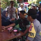 Petugas kesehatan dari Urkes Polres Banyuwangi mengecek kondisi kesehatan seorang anggota TNI