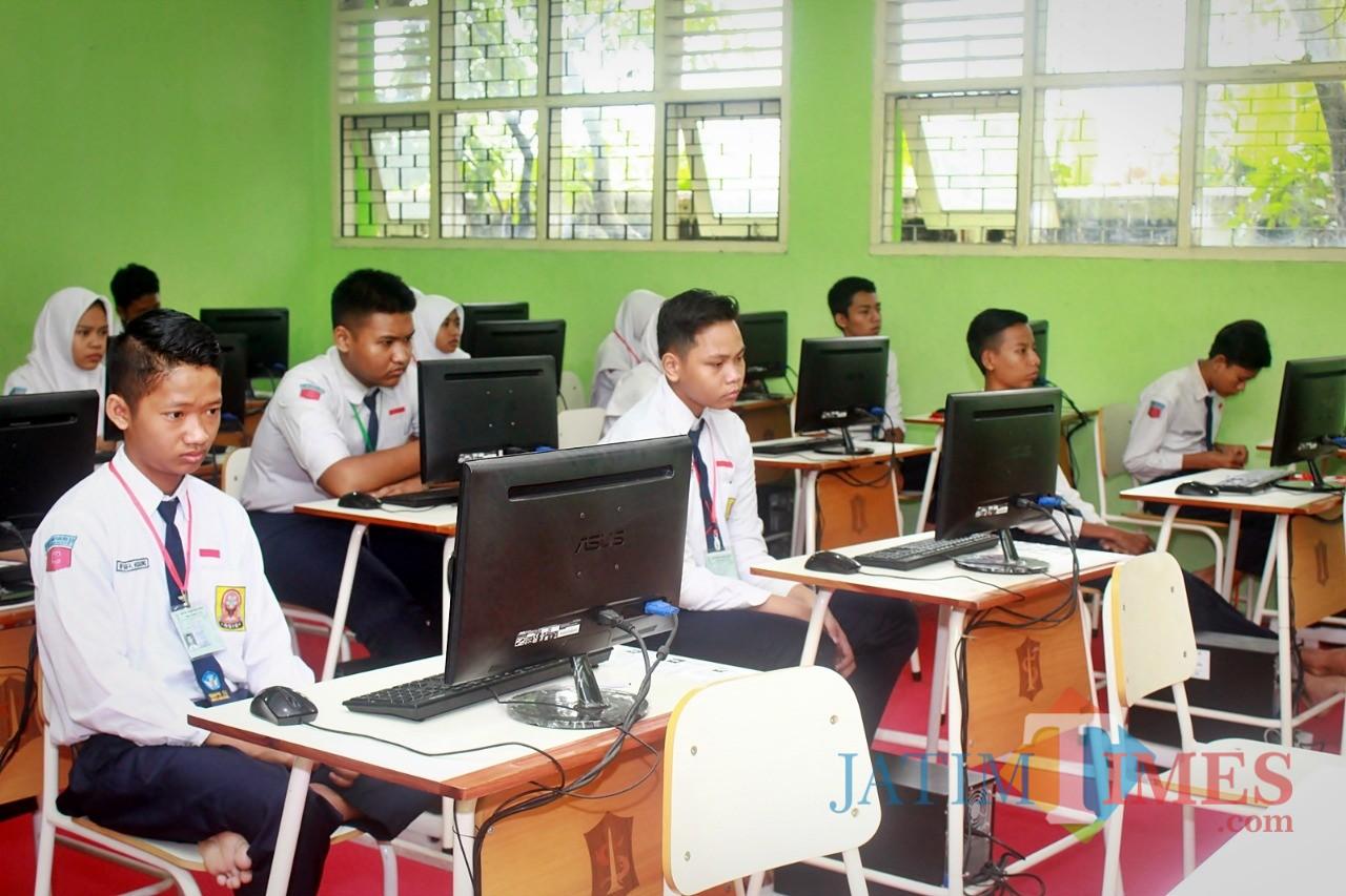 Siswa SMP di Surabaya saat mengikuti UNBK tahun 2018 lalu