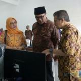 Wawali Kota Malang Sofyan Edi Jarwoko saat melihat fasilitas Ruang Praktik Siswa SMK Nasional. (Foto: Imarotul Izzah/MalangTIMES)