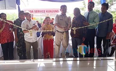 Technical Service Division Head MPM Satyo Prahnowo (tengah) ketika menggunting pita peresmian Bengkel Mitra AHASS di SMK Kertanegara Kabupaten Kediri. (Foto: B. Setioko/JatimTIMES)