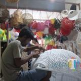 Pengrajin rotan sintetis di tempat usaha milik Pujiono (Luqmanul Hakim/Malang Times)