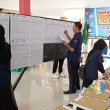 Penghitungan suara di Kecamatan Kedungwaru (foto : Joko Pramono/Jatim Times)