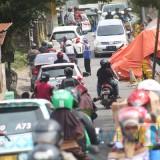 Kemacetan panjang di jalan Sudimoro akibat dari truk molen yang amblas masih belum dievakuasi (Luqmanul Hakim/Malang Times)