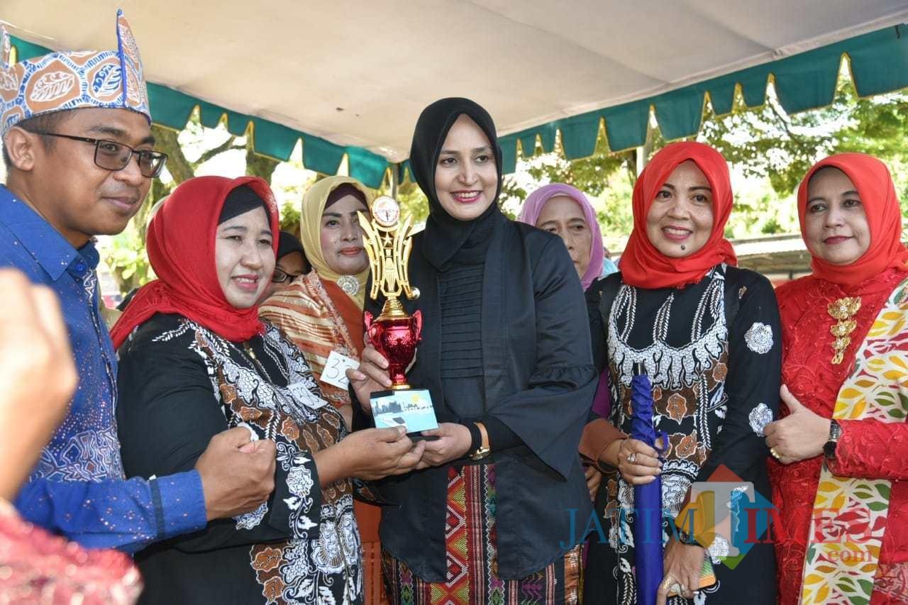 Bupati Jember dr. Hj. Faida MMR saat menyerahkan hadiah kepada peserta Peringatan Hari Kartini (foto : Moh. Ali Makrus / Jatim TIMES)