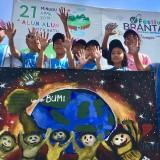 Pelajar saat melukis di Alun-Alun Kota Batu, (21/4/2019). (Foto: Irsya Richa/MalangTIMES)