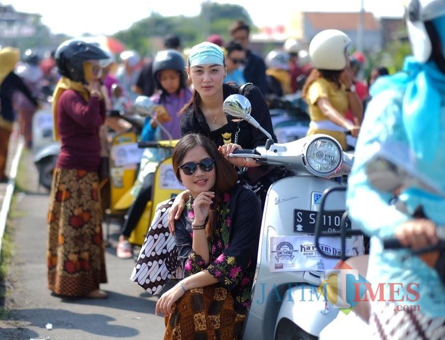 Para peserta pakai kebaya saat akan berangkat touring. (eko Arif s /JatimTimes)