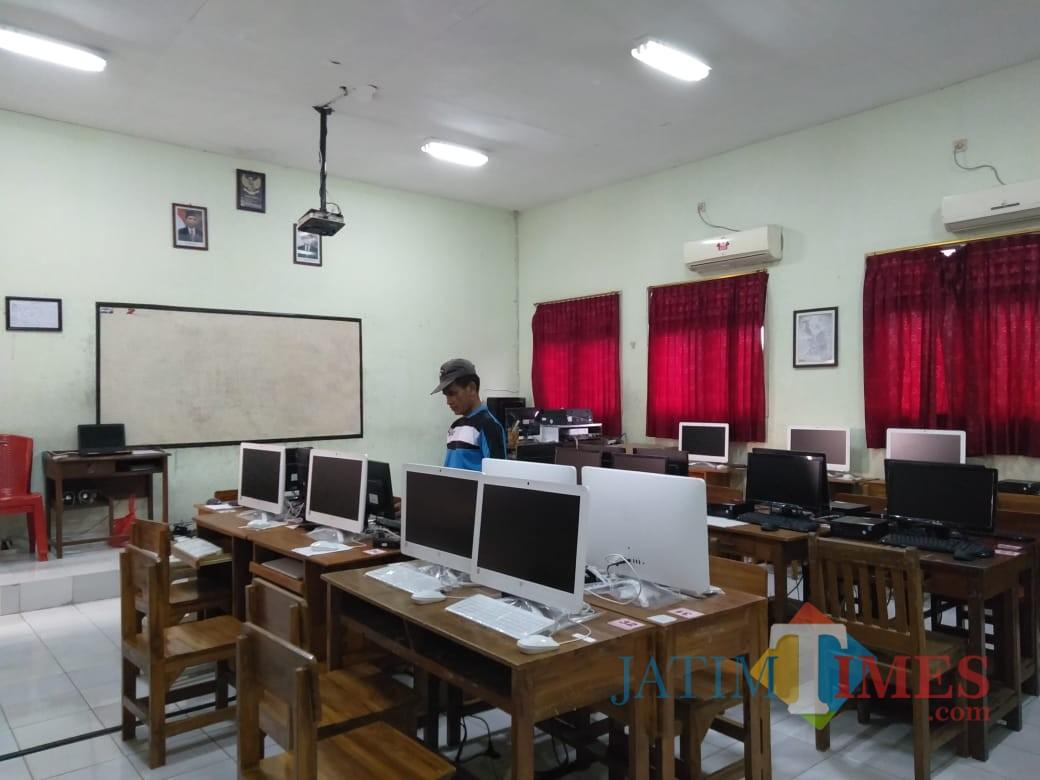 Panitia UNBK di SMPN 1 Kota Blitar saat mengecek kesiapan piranti komputer untuk pelaksanaan UNBK tahun 2019.(Foto : Team BlitarTIMES)