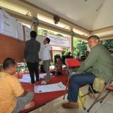 Suasana penghitungan hasil pemilu di Kecamatan Kedopok, Kota Probolinggo. (Agus Salam/Jatim TIMES)