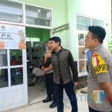 Waka Polres Malang Kota Kompol Bambang Christanto Utomo SH SIK MSi saat melakukan pemantauan di PPK Lowokwaru. (Anggara Sudiongko/MalangTIMES)