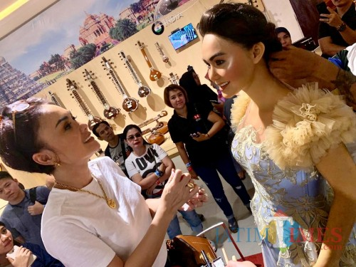 Yuni Shara saat memberikan makeup pada patung lilin Yuni Shara di Museum Musik Dunia. (Foto: istimewa)