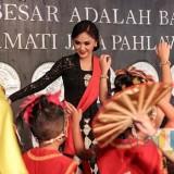 Yuni Shara saat menari bersama anak didiknya di Pendopo Rumah Dinas Wali Kota Batu, Minggu (21/4/2019). (Foto: instagram @yunishara36)