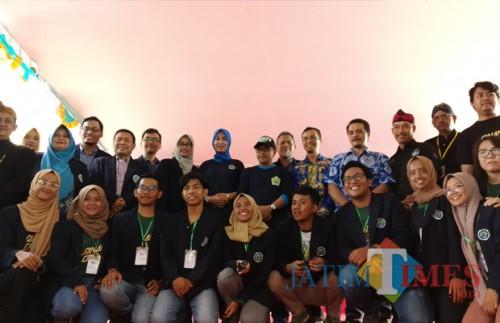 Wali Kota Malang Sutiaji (tengah kenakan topi) didampingi isteri, Widayati Sutiaji berfoto bersama dalam pembukaan Festival Tempe Kota Malang (Pipit Anggraeni/MalangTIMES).