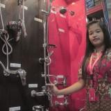 Karyawan Graha Bangunan menunjukkan shower dan kran air Move.(Foto : Aunur Rofiq/BlitarTIMES)