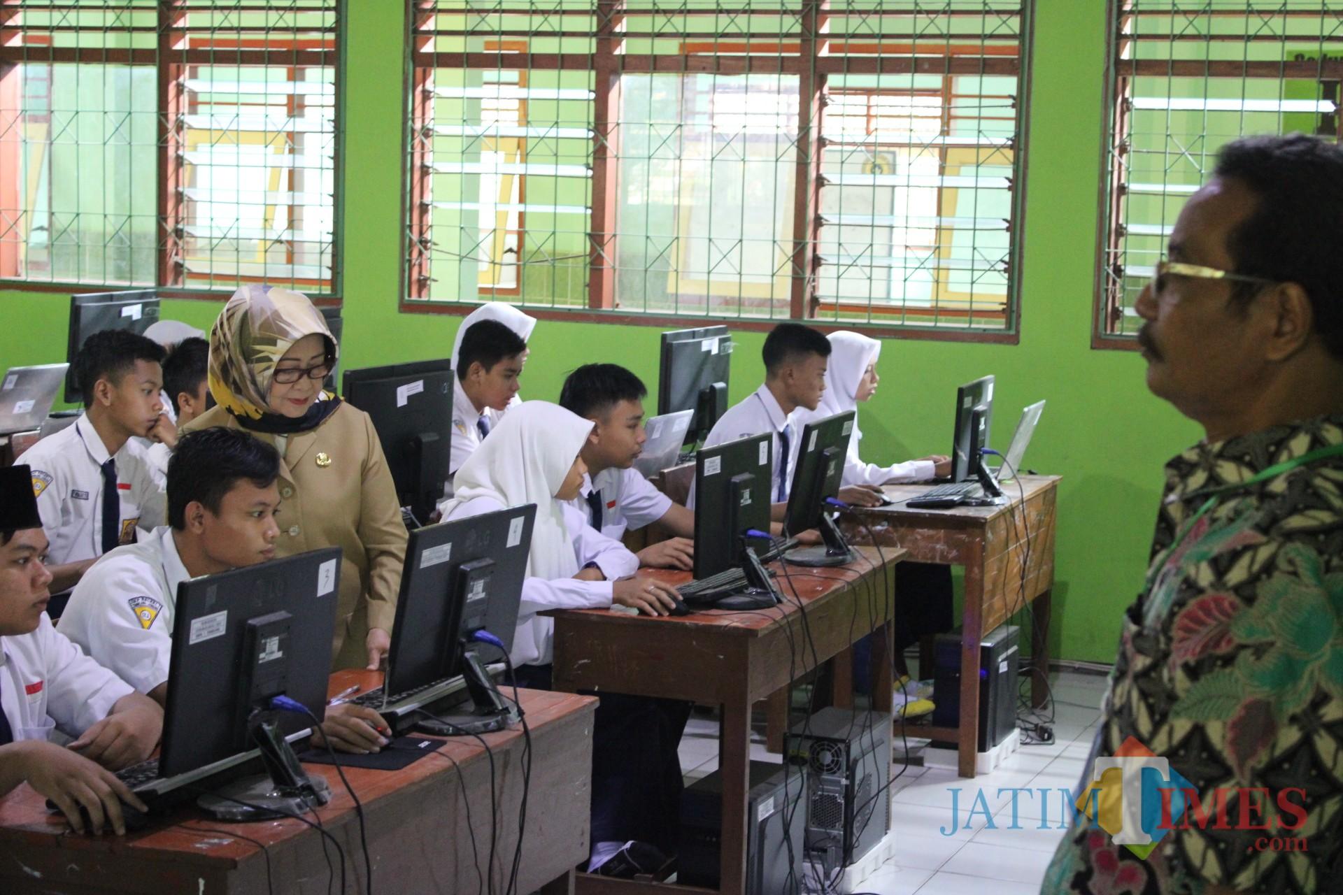 Bupati Jombang Hj Mundjidah Wahab memantau pelaksanaan UNBK tingkat SMP/MTs di SMPN 1 Tembelang. (Foto : Adi Rosul / JombangTIMES)