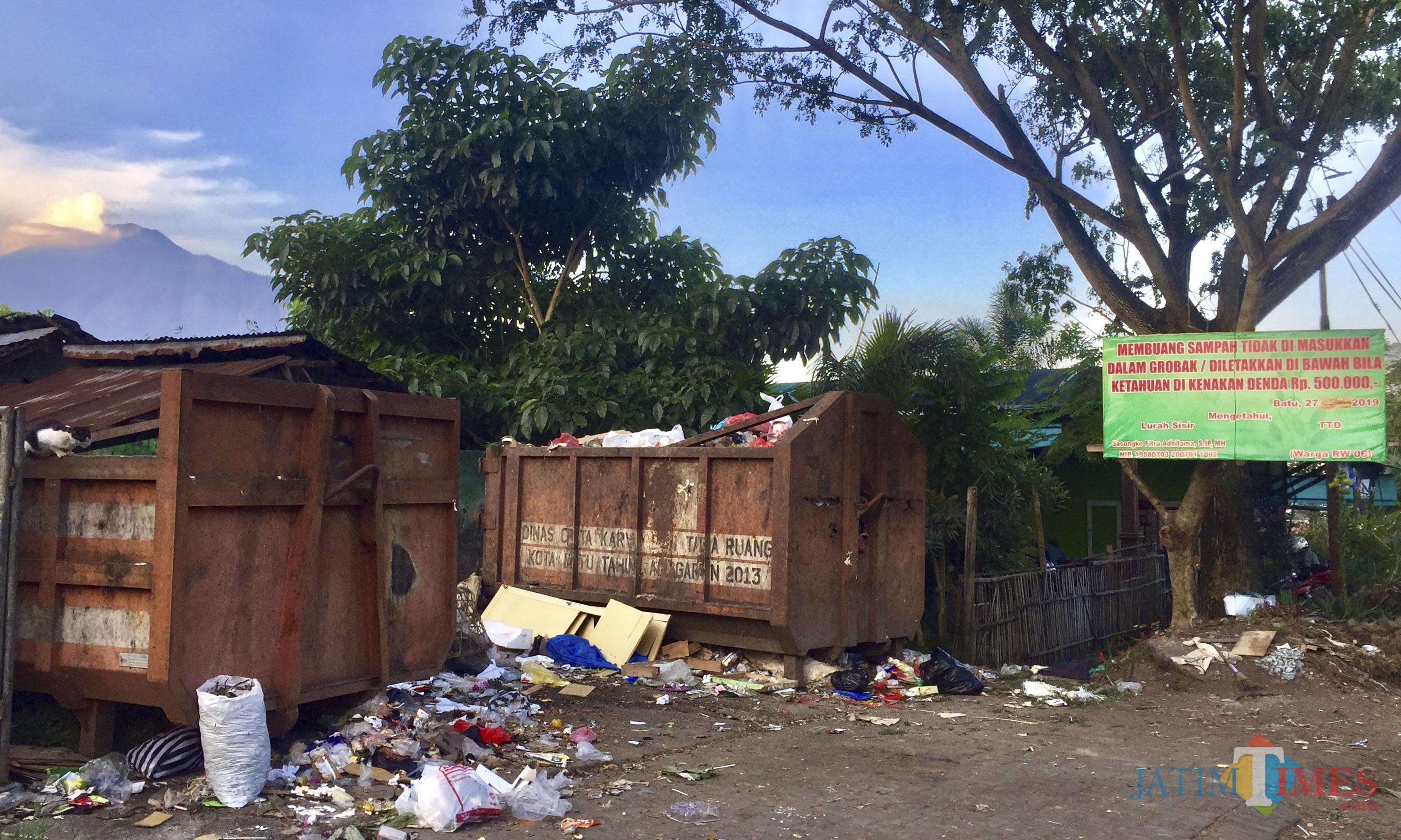 Papan pengumuman diberikan agar warga membuang sampah pada bak truk. (Foto: Irsya Richa/MalangTIMES)