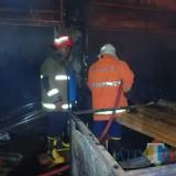 Ilustrasi petugas pemadam kebakaran saat memadamkan api yang membakar gudang barang bekas di pabrik camilan, Kecamatan Pakis (Foto : Dokumen MalangTIMES)