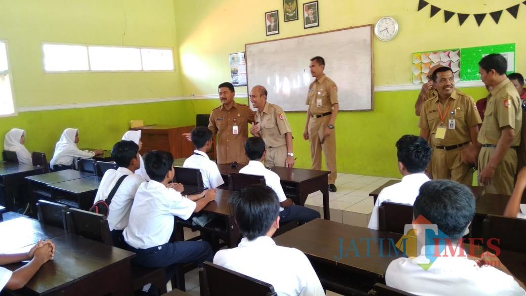 Kepala Dinas Pendidikan Pemkab Jember DR. Edy B Susilo M.Si saat melakukan monitoring UNBK di salah satu SMP Negeri di Jember (foto : Izza / Jatim TIMES)